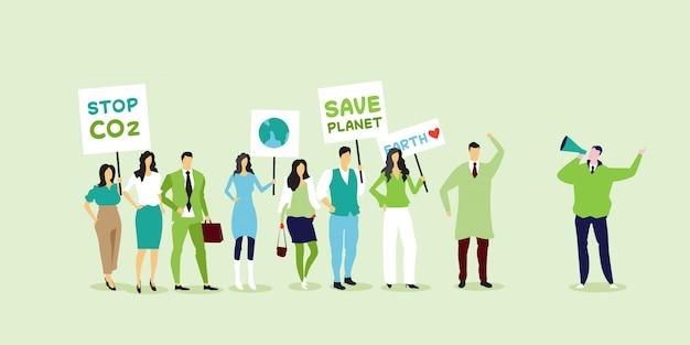 Attivisti ambientalisti in possesso di manifesti diventano verdi salvo il concetto di sciopero del pianeta manifestanti che fanno una campagna per proteggere la terra dimostrando contro il riscaldamento globale a piena lunghezza orizzontale