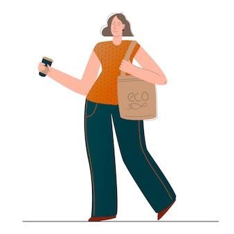 La ragazza rispettosa dell'ambiente usa la sua borsa della spesa riutilizzabile e il suo riciclo di bicchieri riutilizzabili...