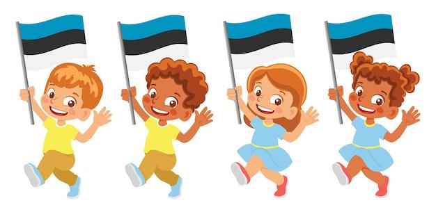 Bandiera dell'estonia in mano. bambini che tengono bandiera. bandiera nazionale dell'estonia