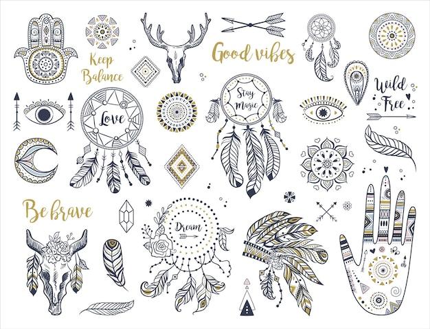 Boho etnico con mano, luna, acchiappasogni, hamsa, copricapo, piume, frecce, occhi e altri elementi bohémien.