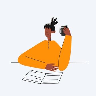 Donna d'affari etnica che lavora con documenti e caffè