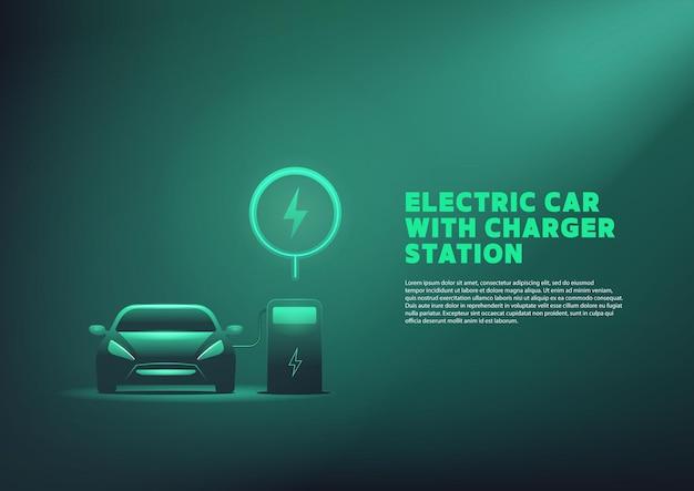 Auto ev o ricarica elettrica presso la stazione di ricarica con il cavo di alimentazione collegato.