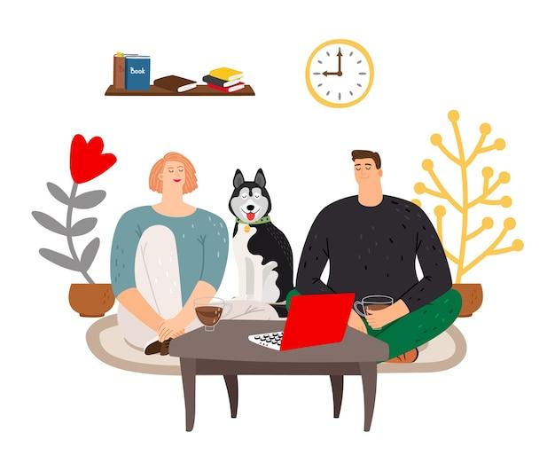 Serata. coppia seduta sul pavimento, bere il tè e guardare la tv.