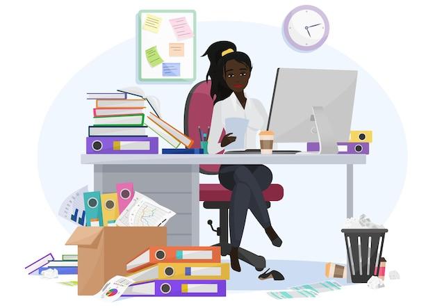Esausto sopraffatto dal lavoro impiegato femminile afroamericano nero rimane fino a tardi in ufficio