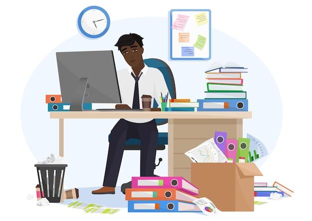 Impiegato maschio nero afroamericano esausto sopraffatto dal lavoro rimane fino a tardi in ufficio