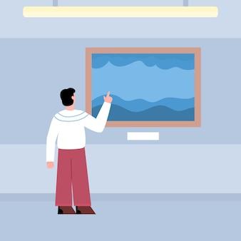 Visitatore della mostra in piedi con la schiena e guardando le opere d'arte al museo della galleria d'arte