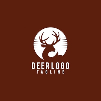 Vettore esotico di progettazione di logo della siluetta dei cervi di tramonto