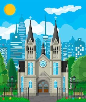 Esterno della cattedrale della chiesa cattolica o protestante in stile gotico con recinzione e alberi dietro. cappella. torre con croce. parco con paesaggio urbano e cielo. sobborgo chiesa concetto. illustrazione vettoriale piatta