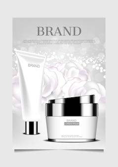 Schiuma e crema facciali sul fondo dei fiori bianchi