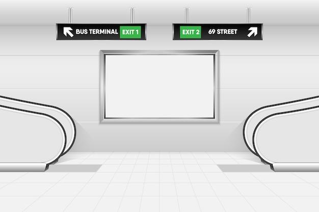 Scala mobile della struttura e cartello di direzione all'interno della metropolitana di trasporto pubblico.