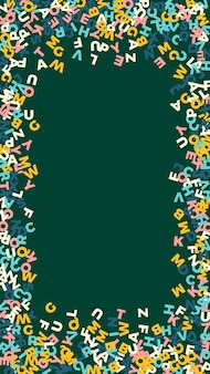 Lettere cadenti di lingua inglese. parole volanti pastello dell'alfabeto latino. concetto di studio delle lingue straniere. indelebile back to school banner su sfondo lavagna.