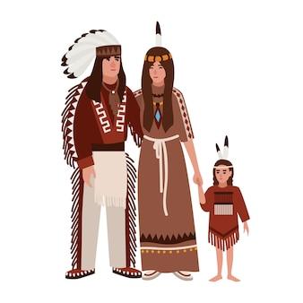 Famiglia di indiani d'america. madre, padre e figlia vestiti con abiti etnici tribali in piedi insieme