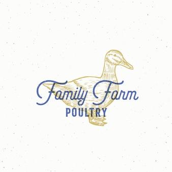 Segno astratto di pollame fattoria familiare, simbolo o modello di logo. schizzo di sillhouette anatra disegnato a mano con tipografia retrò ed emblema vintage.
