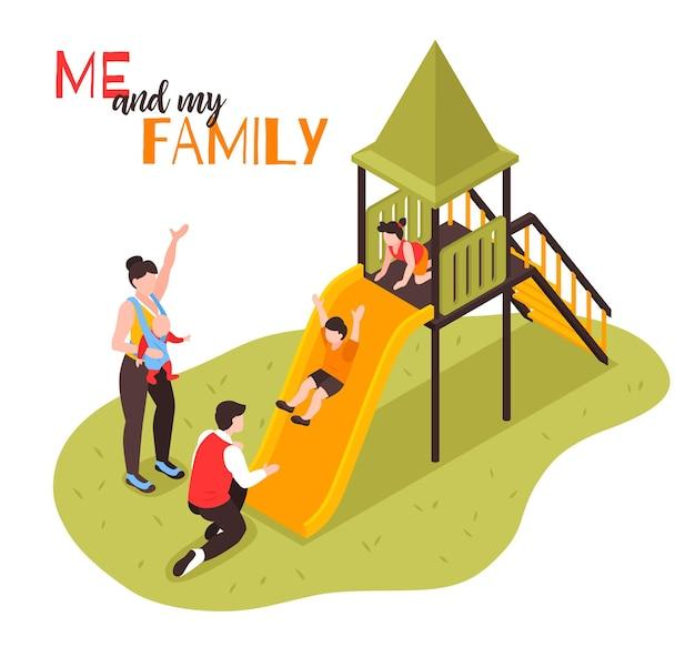 Famiglia sulla composizione del parco giochi con i genitori che guardano mentre i bambini rotolano giù per lo scivolo