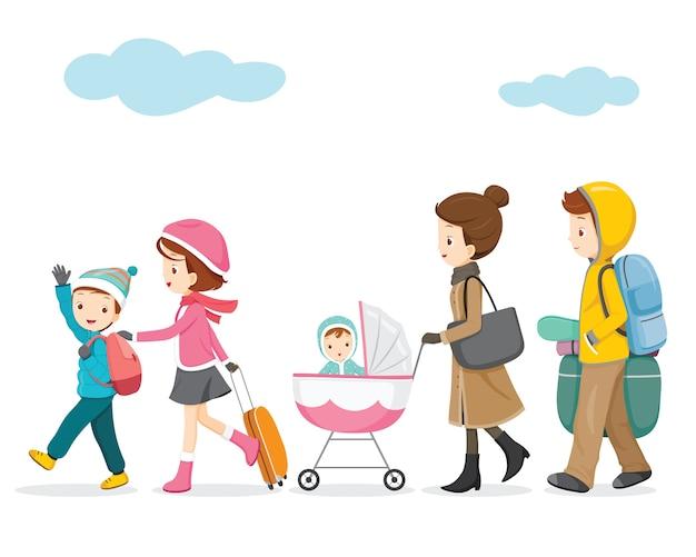 Famiglia che cammina in fila con borsa e accessori per il viaggio