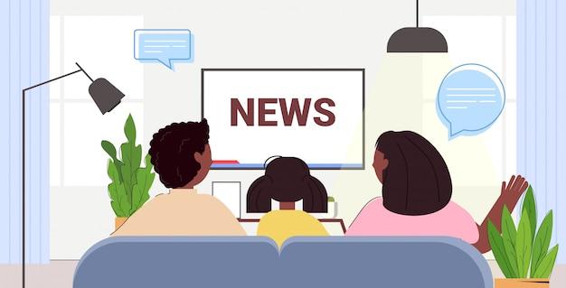 Famiglia che guarda la tv che discute del programma quotidiano di notizie in televisione genitori con figlia che trascorrono del tempo insieme illustrazione orizzontale del ritratto di retrovisione