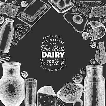 Modello di cibo di fattoria. illustrazione disegnata a mano di prodotti lattiero-caseari sulla lavagna. banner di diversi prodotti lattiero-caseari e uova di stile inciso. sfondo di cibo retrò.