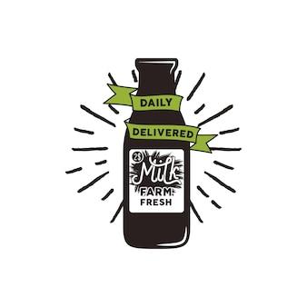 Bottiglia di latte fresco di fattoria con nastro verde, raggi di sole e testo - consegnata giornalmente. concetto di eco vettoriale. isolato su sfondo bianco.