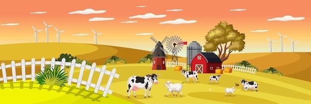Paesaggio dell'azienda agricola con fattoria degli animali in campo e fienile rosso nella stagione autunnale