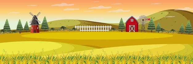 Paesaggio dell'azienda agricola con campo e fienile rosso nella stagione autunnale