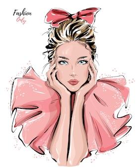 Ragazza alla moda con capelli biondi bella donna con fiocco per capelli