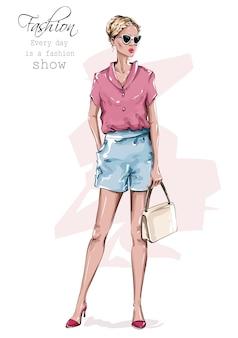 Ragazza alla moda con borsa