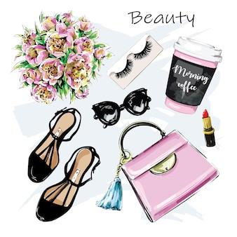 Set moda con sacchetto di carta tazza di caffè rossetto scarpe occhiali da sole fiori ciglia