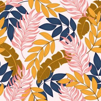 Modello tropicale senza cuciture alla moda con piante e foglie luminose su un delicato.
