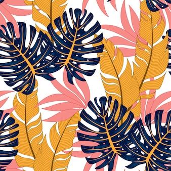 Modello tropicale senza cuciture alla moda con piante luminose e foglie su una luce.