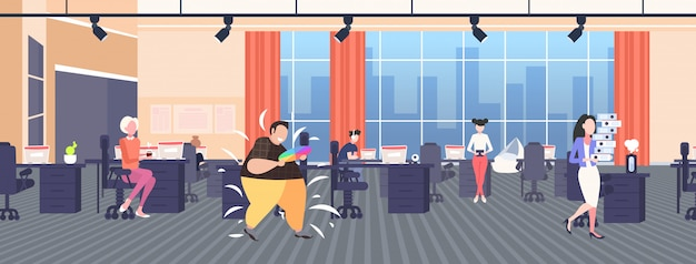 Campione di uomo obeso grasso che tiene campione di tavolozza di colori guida ragazzo sovrappeso con catalogo colori concetto di obesità interno di ufficio moderno