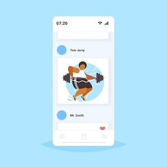 Grasso uomo obeso sollevamento bilanciere sovrappeso ragazzo afroamericano cardio allenamento allenamento perdita di peso concetto smartphone schermo applicazione mobile online
