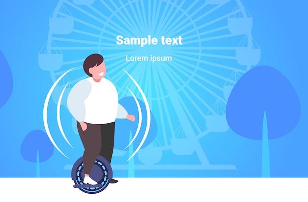 Uomo obeso grasso equitazione auto bilanciamento scooter ragazzo in piedi su elettrico gyroscooter trasporto elettrico personale concetto di obesità parco urbano ruota panoramica spazio copia