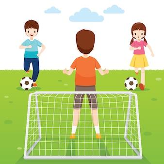 Padre, figlio e figlia che giocano a calcio insieme