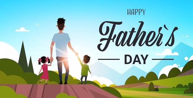 Padre con i suoi figli che camminano in campagna