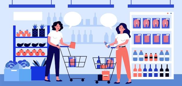 Clienti di sesso femminile che acquistano nel supermercato