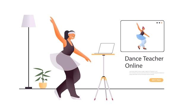 Ballerina facendo esercizi di danza mentre si guarda il programma di formazione video online con il concetto di allenamento dell'insegnante di danza