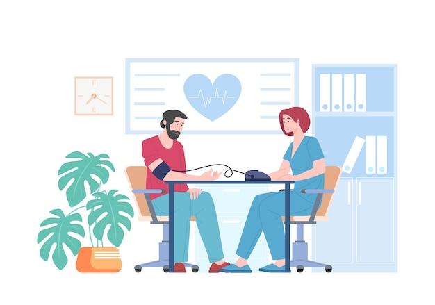 Cardiologo medico femminile misura la pressione sanguigna