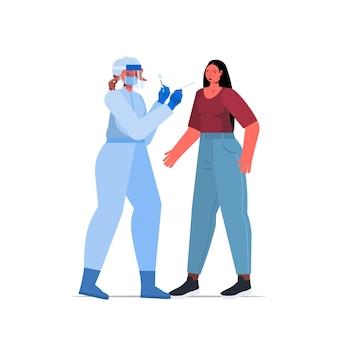 Dottoressa in maschera che prende il test del tampone per il campione di coronavirus dal paziente donna procedura diagnostica pcr covid-19 concetto pandemico illustrazione vettoriale a figura intera
