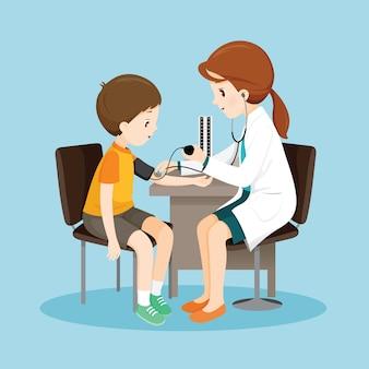Medico femminile e misurazione della pressione sanguigna del paziente