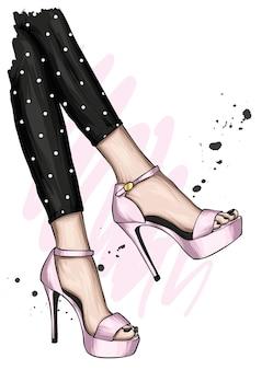 Piedi femminili in eleganti scarpe col tacco alto