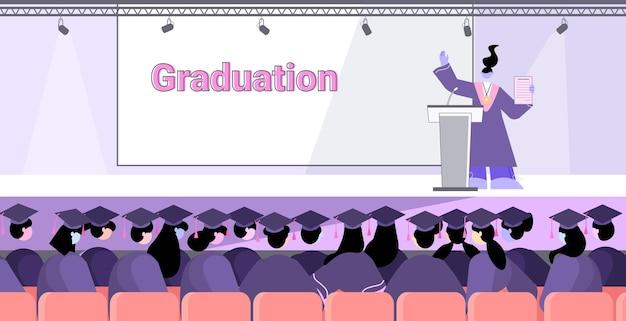 Studentessa laureata che dà discorso da laureati tribuna che celebrano il diploma accademico laurea istruzione certificato universitario concetto orizzontale integrale Vettore Premium