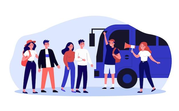 Guida femminile che chiama i viaggiatori al tour bus tramite il megafono. i turisti del fumetto che vanno in viaggio piatto illustrazione vettoriale. viaggiare, concetto di turismo per banner, design di siti web o pagine web di destinazione