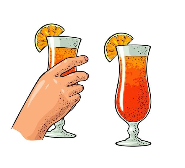 Mano femminile che tiene un bicchiere di cocktail con fetta d'arancia incisione a colori vettoriale vintage