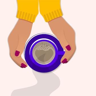 Le mani femminili tengono le tazze di caffè