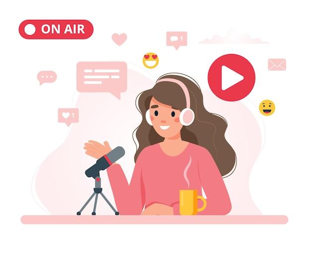 Podcaster femmina parlando al microfono registrazione podcast in studio.