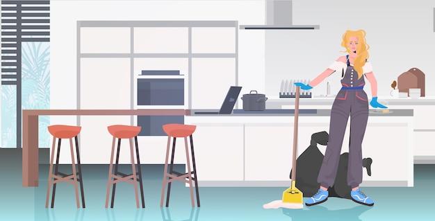 Donna delle pulizie professionale donna bidello con attrezzature per la pulizia pavimento con straccio cucina moderna interni orizzontale