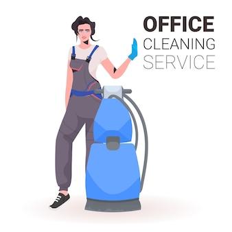 Donna delle pulizie di ufficio professionale femminile bidello in uniforme con lo spazio della copia dell'attrezzatura di pulizia