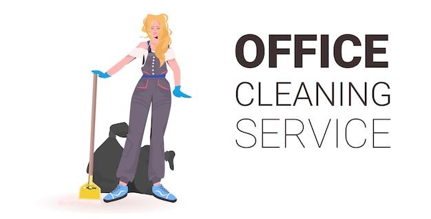 Donna delle pulizie di ufficio professionale femminile bidello con attrezzature per la pulizia copia spazio orizzontale