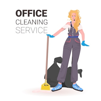 Donna delle pulizie di ufficio professionale femminile bidello con lo spazio della copia dell'attrezzatura di pulizia