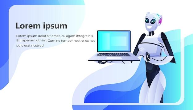 Persona robotica femminile che utilizza lo spazio di copia orizzontale del ritratto del concetto di tecnologia di intelligenza artificiale del computer portatile